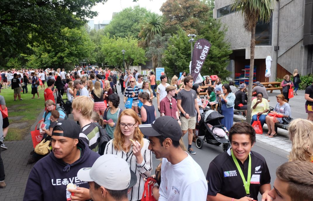 crowds at O week